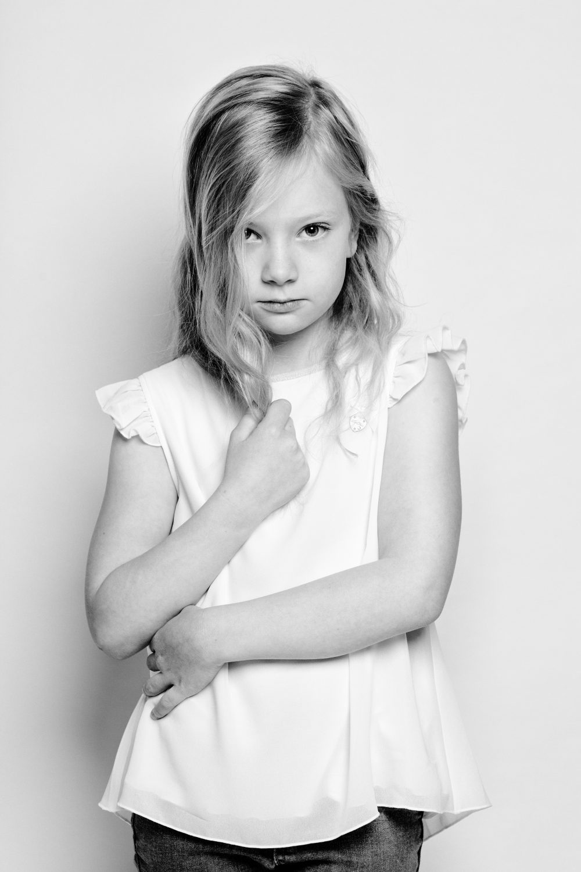 kind portret child portrait rock black white